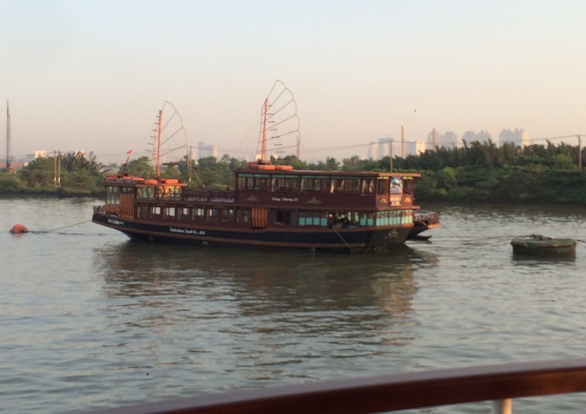 Vietnam_sampan_in_Saigon_harbor_850x600